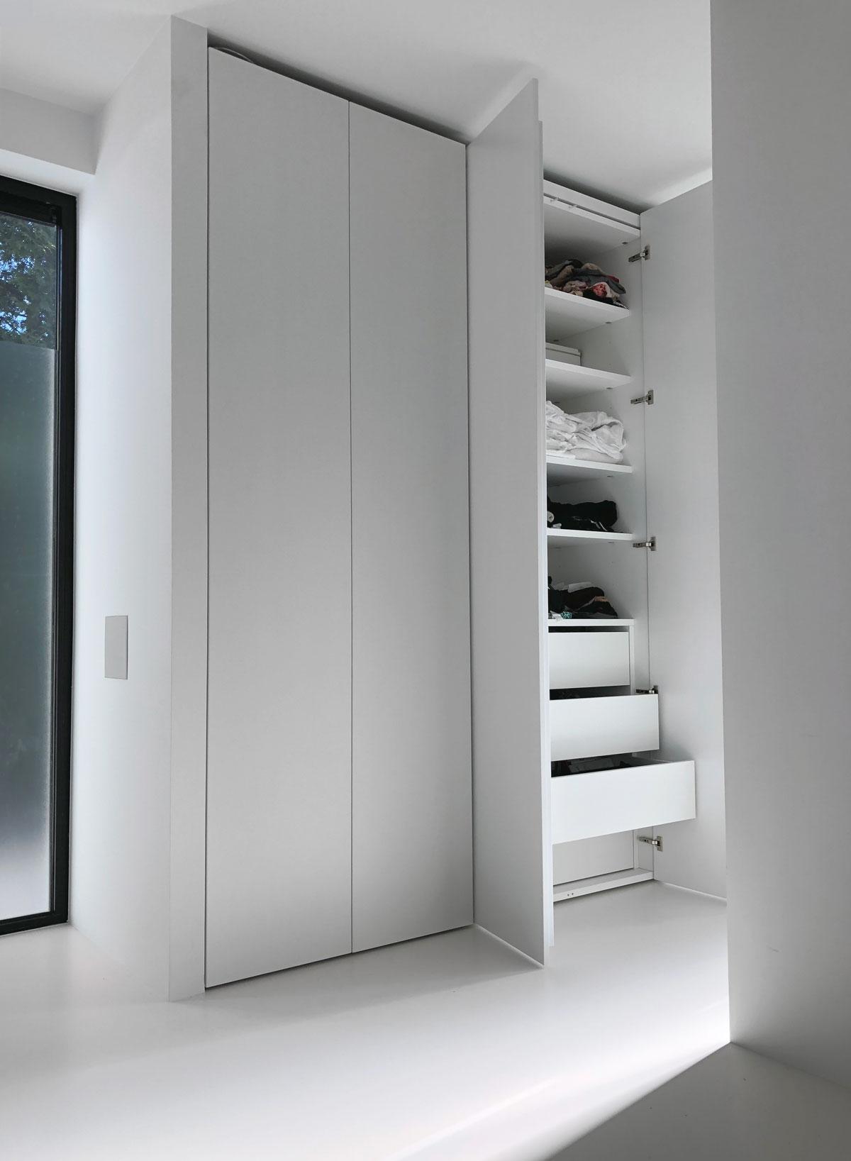 Afbeelding van een design kastinrichting met minimalistische lades en legplanken.