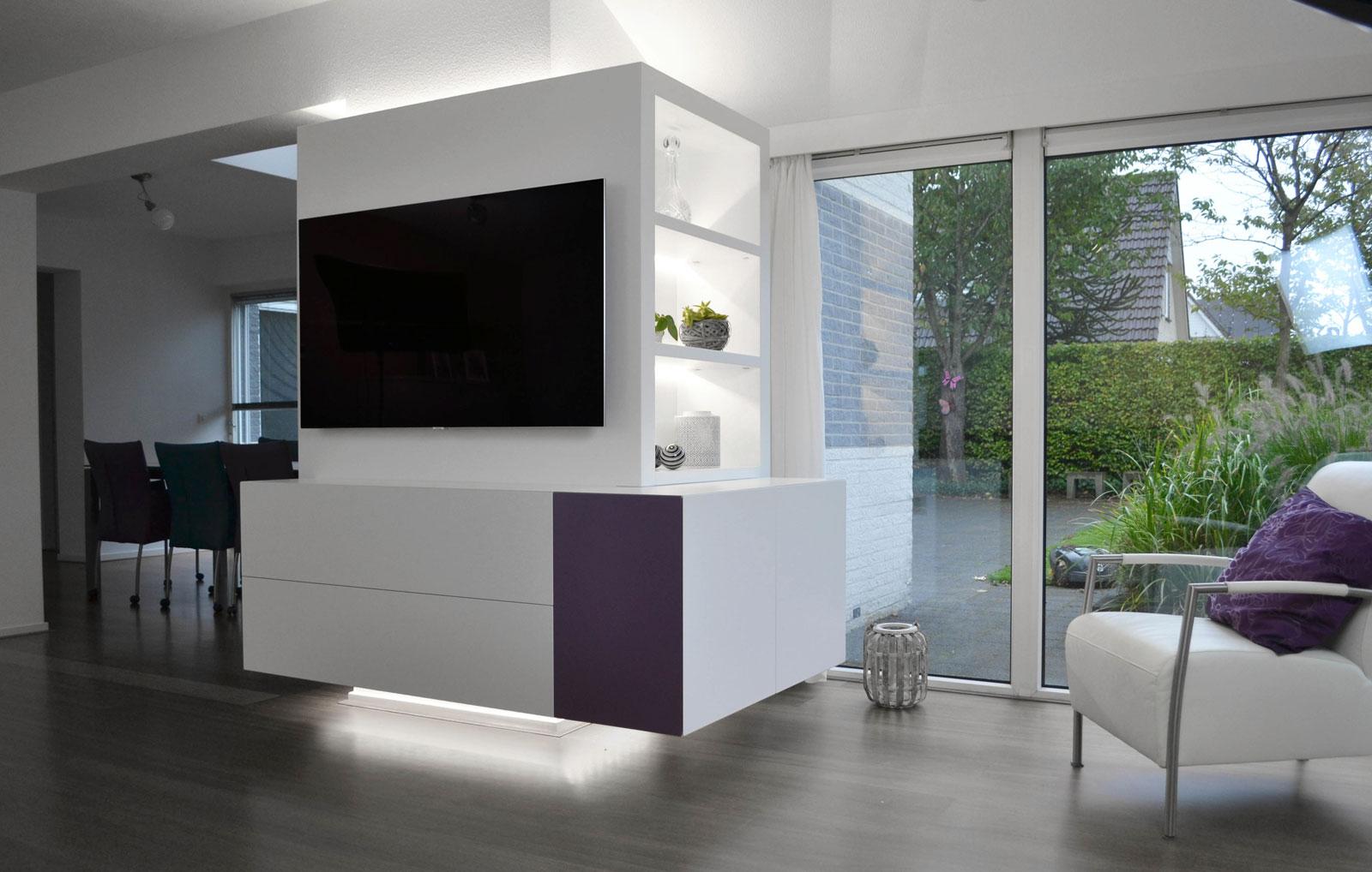 Afbeelding van een hoek design TV meubel dat volledig passend en op maat rondom een zuil gebouwd is.