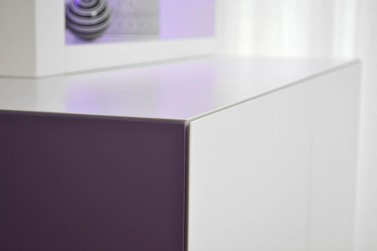 Afbeelding van een hoek op verstek van een TV meubel waar twee deuren en een bovenplaat bij elkaar komen.
