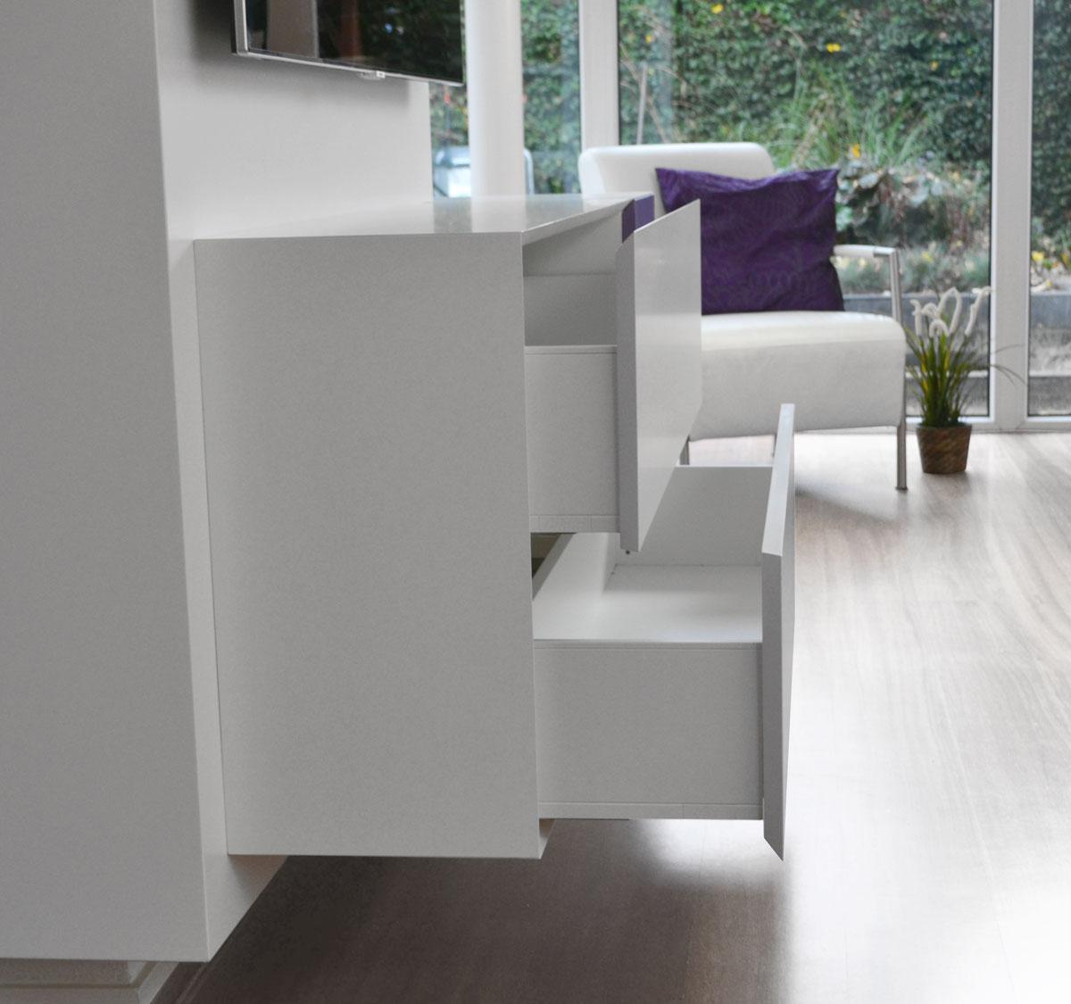 Afbeelding van uitgeschoven Blum Legrabox lades in een design TV meubel.