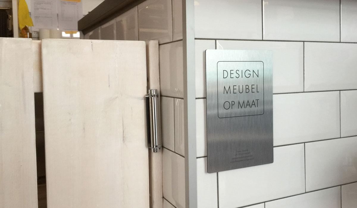 Afbeelding van een design meubel op maat logo op de bar van Kalles Café en Bar.