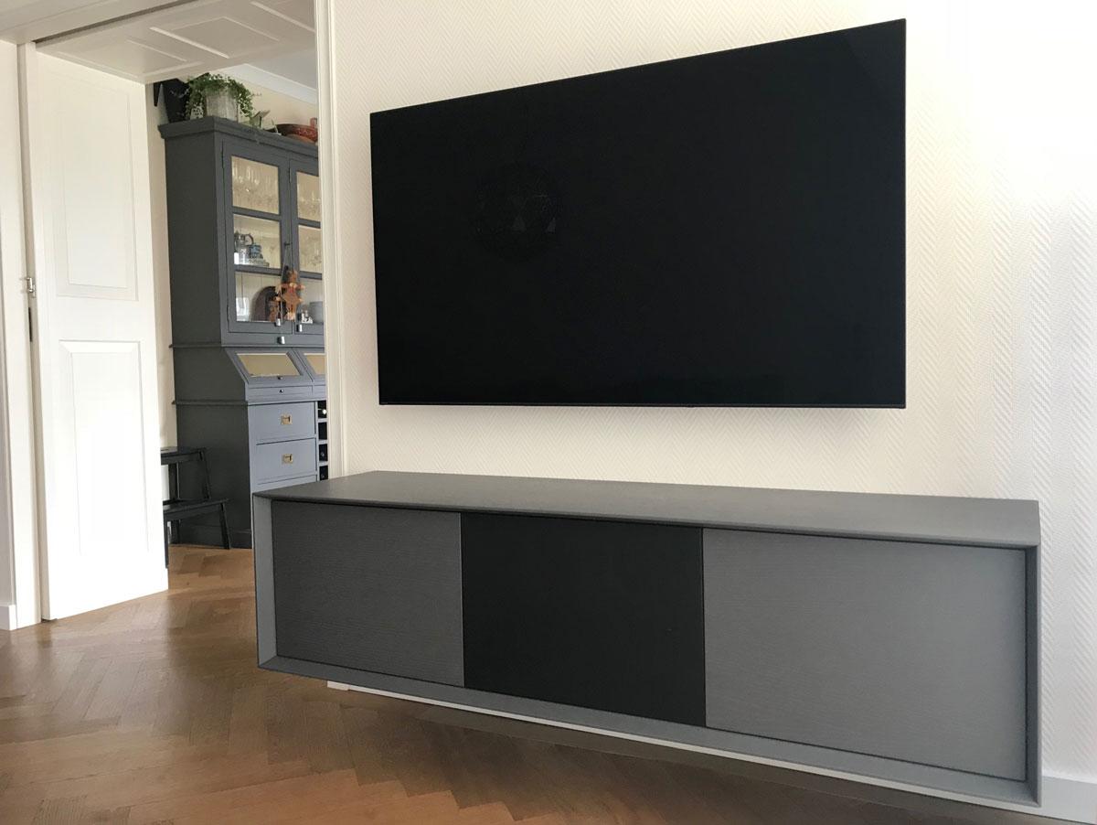 Afbeelding van een donker grijs eiken fineer dekkend gelakt TV meubel op maat.