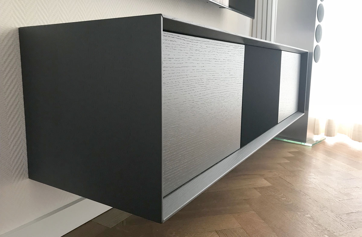 Afbeelding van een eiken antraciet TV meubel met mooie ligval.