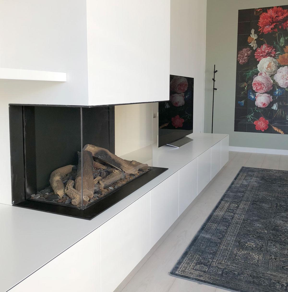Afbeelding van een TV meubel met gashaard in ultra mat wit uitgevoerd.
