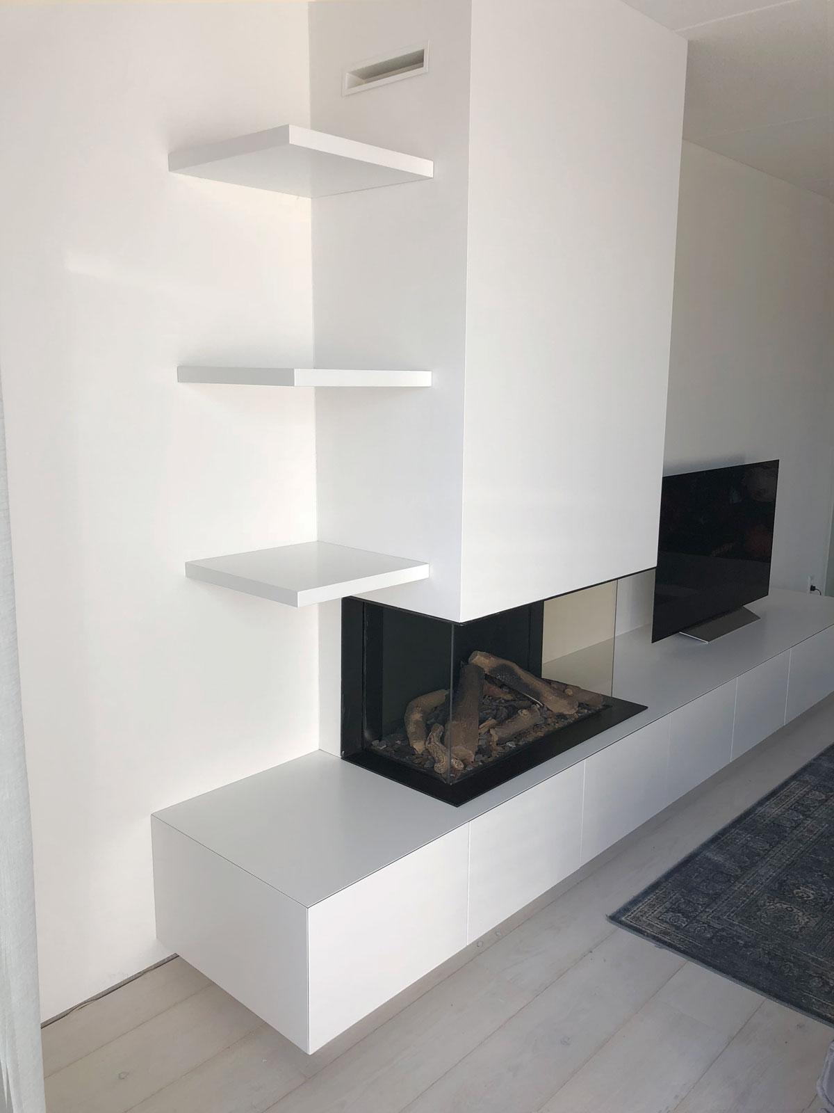 Afbeelding van een wit TV meubel met gashaard en zwevende planken.