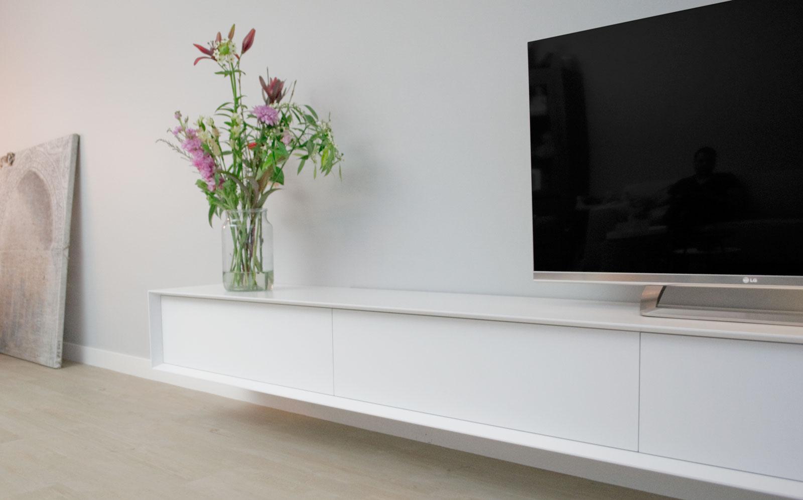 Afbeelding van een wit design TV meubel vanuit een perspectivische hoek gefotografeerd.