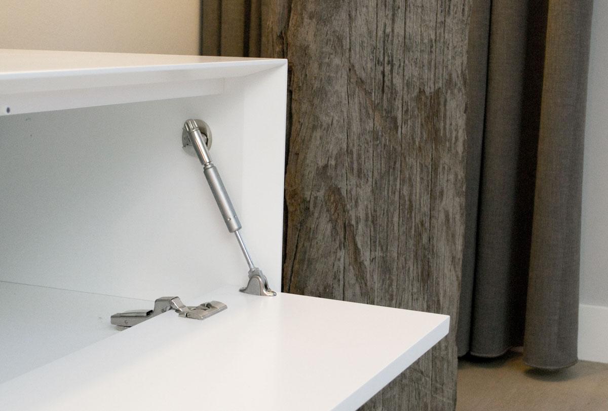 Detail afbeelding van een Blum scharnier en een IF Kraby klephouder in een wit design TV meubel.