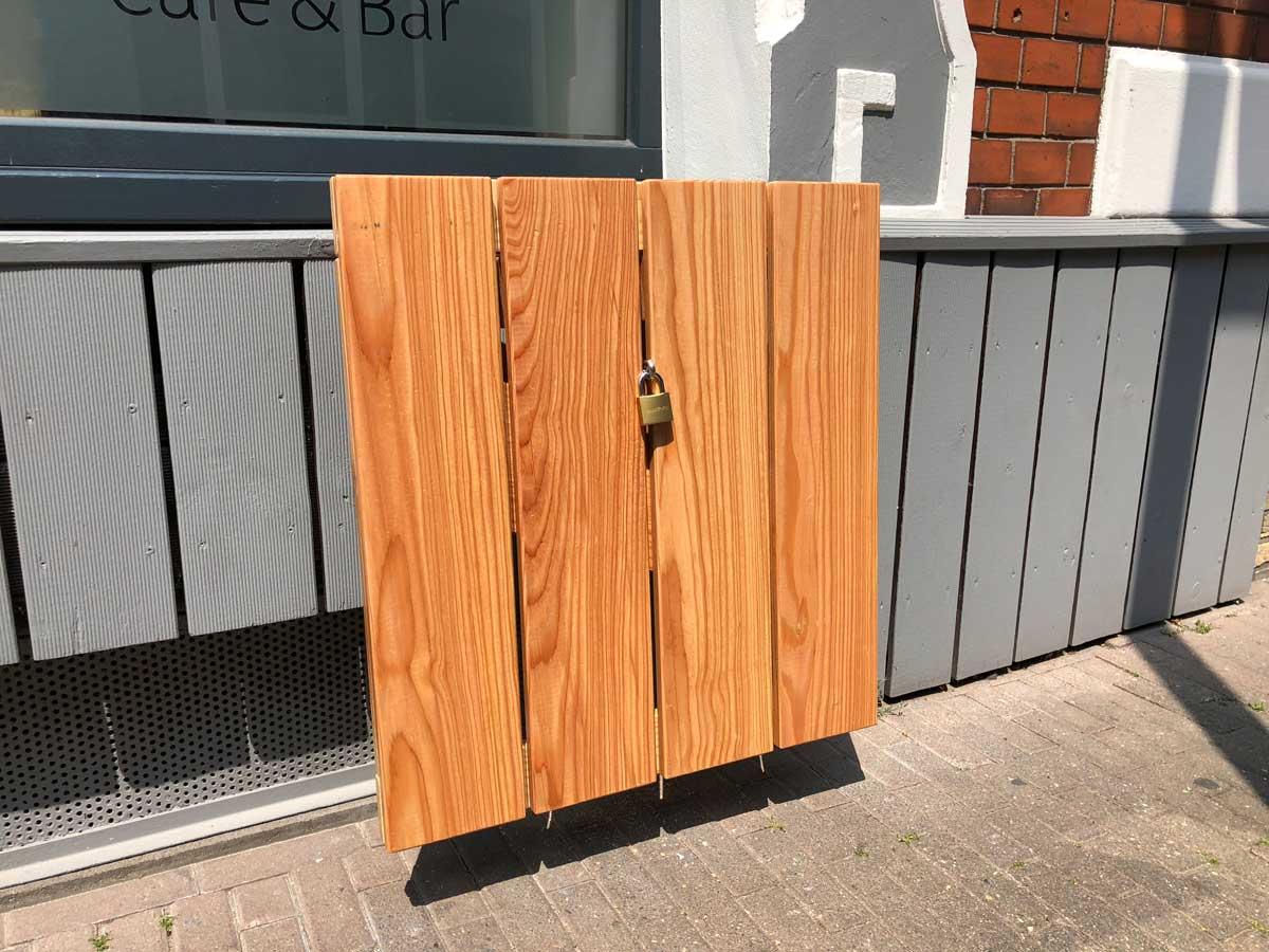 Afbeelding van een outdoor bar tafel ingeklapt met een hangslot.