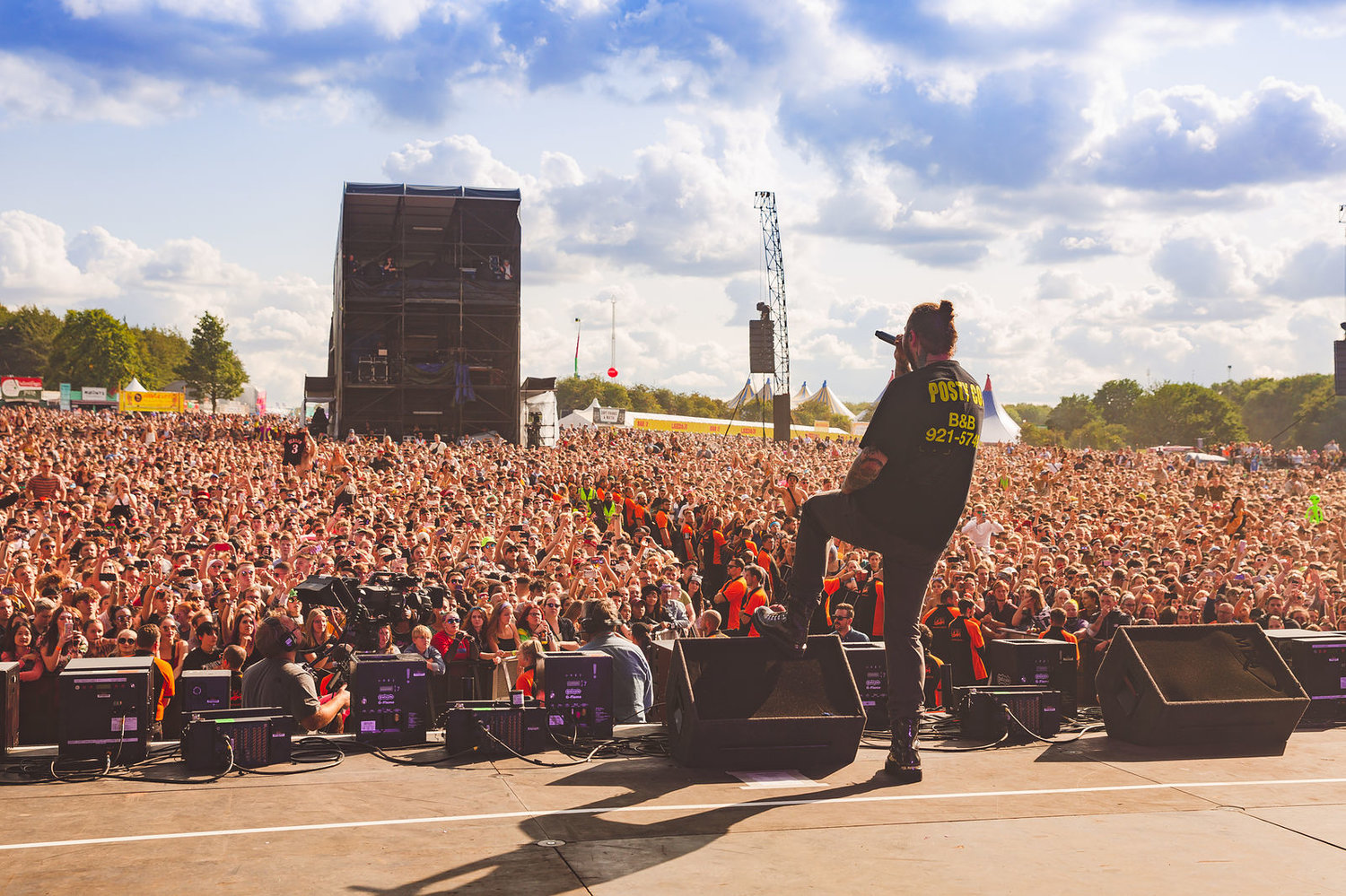 POST MALONE PERFORMING AT DAY TWO OF LEEDS FESTIVAL 2018 IN FRONT MASSIVE CROWD - 25.08.2018  PICTURE BY: LEWIS EVANS