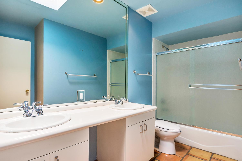 4436 E Maderos Del Cuenta Dr-large-030-32-Bathroom-1500x1000-72dpi.jpg