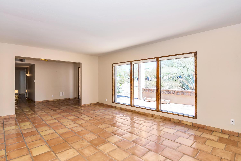 4436 E Maderos Del Cuenta Dr-large-012-33-Living Room-1500x1000-72dpi.jpg