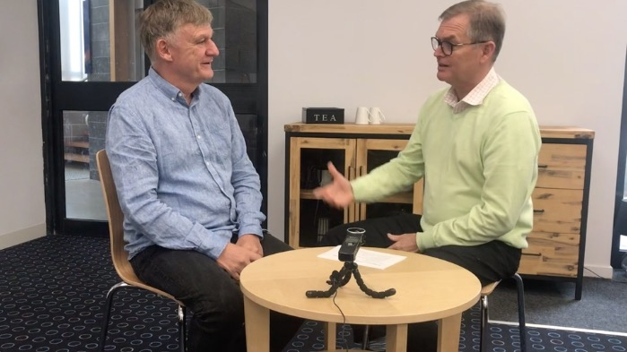 Steve talks to Dale Stephenson about The Rise and Fall of Movements and the local church.