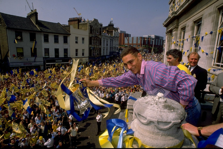 Dengang Wimbledon gik amok: FA Cup'en er vundet og legendariske Vinnie Jones lader sig hylde.   Foto: Getty Images