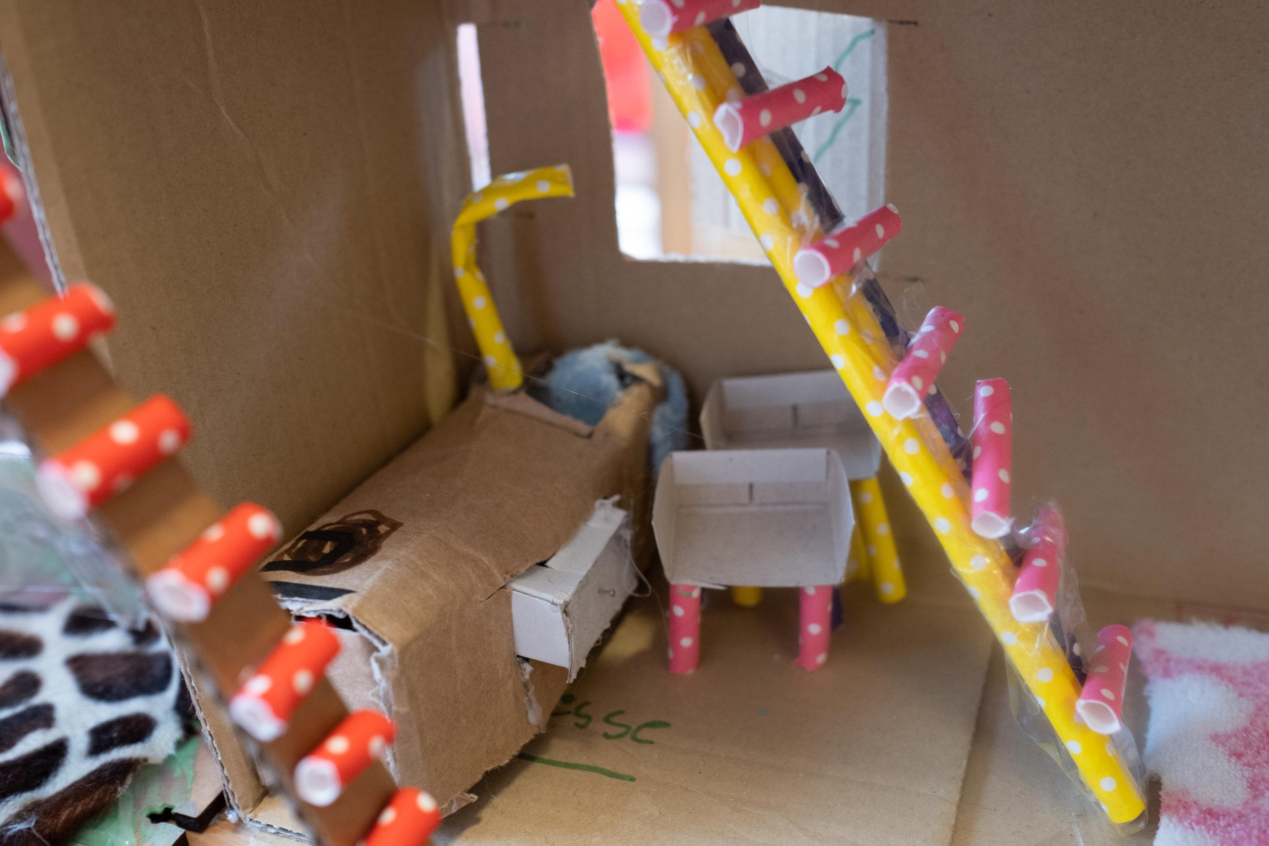 """De keuken  """"Onder de slaapkamer is een keuken, met een lade om spullen in op te bergen. Achteraan zie je een gootsteen en een kraan. Met de twee trappen ben je zo boven!"""""""