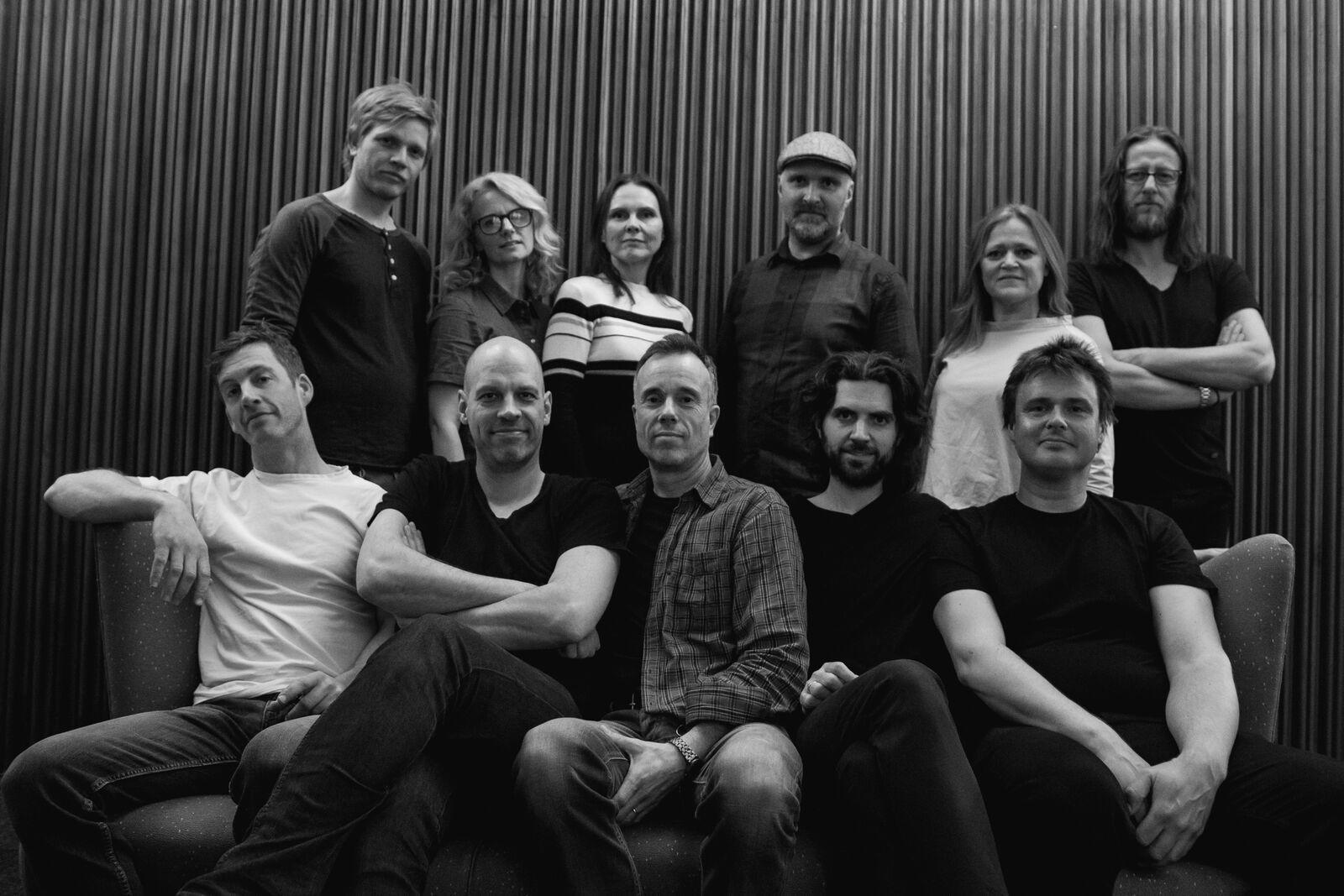 PUST med gjestemusikere og produsenter. Foran fra venstre: Knut Aalefjær, Jussi Chydenius, Øystein Halvorsen, Gjermund Larsen og Lars Andreas Haug. (Foto: Sindre Aalberg)