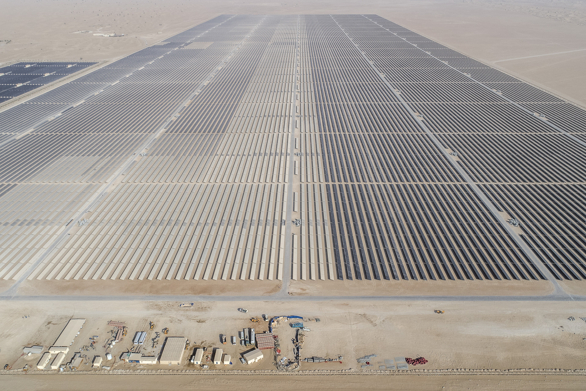 DUBAI, THE WORD'S MOST IMPROBABLE GREEN CITY, NATIONAL GEOGRAPHIC MAGAZINE / MOHAMMED BIN RASHID AL MAKTOUM SOLAR PARK