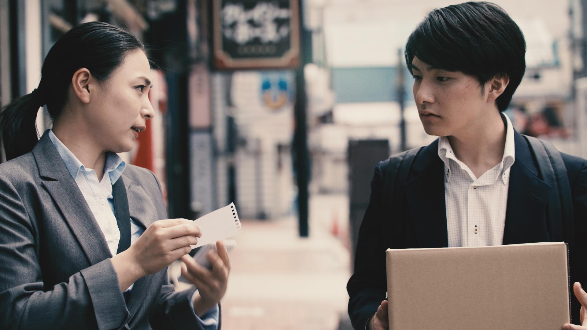 聞き込み|The Legwork | 富澤たけし | Takeshi Tomizawa | 0:23:00 | コメディー | 2018 | 日本    サンドウィッチマンのお笑い作品を映画化。ネタそのものは短い作品ですが、シリ アスでアクションシーンもある刑事ドラマになりました。若い刑事の犯人を追い 詰める姿と、先輩女性刑事へのちょっぴり淡い恋模様。そしてサンドウィッチマン の伊達さんのアドリブ満載の演技にも注目してください。