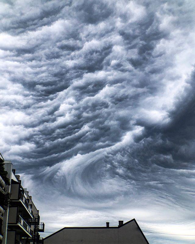 Dramatisk himmel over #oslo 📸 Tatt med telelinse til mobilen fra @fotomobil.no #fotomobilno • #norgefoto #yrbilder #yrno #norges_fotografer #mobilfoto #oslosentrum #himmel #visitoslo