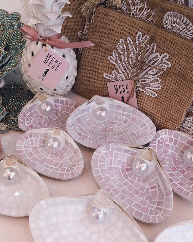 Mother's Day gift idea?🌸🌸🌸 🧜♀️🐚mosaic shell trays in pink & white are back in stock now @muse_by_rimo  #hawaii #oahu #photooftheday #luckyweliveinhi #waikiki #pinkpalace #maxidress #resort #offtheshoulder #shell #mosaic #pink #musebyrimo  #ハワイ #ワイキキ #ハワイ土産