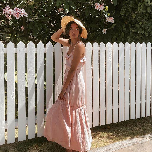 Country chic vibe🌿  #hawaii #oahu #photooftheday #flower #white dress #luckyweliveinhi #waikiki #pinkpalace #beach #waikiki #maxidress #resort #offtheshoulder #musebyrimo #pink #shabbychic #countrychic #ハワイ #ワイキキ