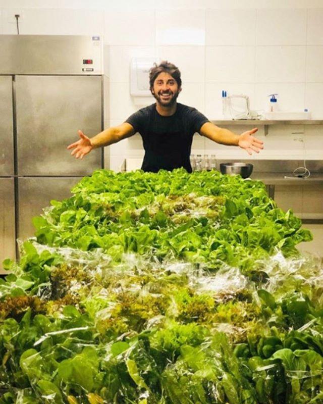 Relembrando o último workshop do nosso chef @felipecaputo que foi sucesso total na nossa Casa Conceito em BH. Na foto ele com as folhas da @begreen.farm, parceira do evento.  #EatGreenUp #GreenUpYourself #healthylife #comidasaudavelBH