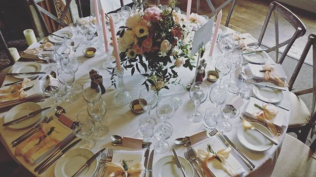 Stunning flowers and decor today at @barnsley_house for Millie & Andrew 💕 just perfect.... 💕 #vynestringquartet #barnsleyhousehotel #barnsleyhousewedding #barnsleyhouseandspa #cotswoldwedding