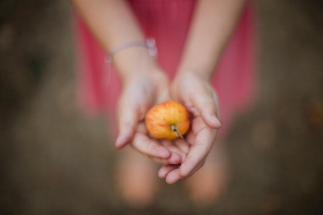 girl-holding-apple-shallow-depth-of-field