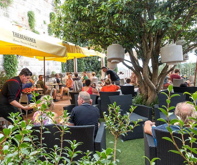 🇮🇹 Una terrazza ombreggiata dove godere di un drink rinfrescante, un piatto leggero e della buona compagnia: la nostra zona bar. Aperitivo? 🙂 🇬🇧 A shady terrace where we can enjoy a refreshing drink, a light meal and good company: our bar area. Happy hour anyone? 🙂 . . . #reteodorico #castelsanpietro #verona #veronacity #verona🇮🇹 #castelsanpietroverona #bar #terracegarden #terracewithaview #terrace #outdoordining #restaurant #restaurants #ristorante #winetasting #cocktails🍹 #cocktailbar #happyhour #happyhours #aperitivo #aperitivi #aperitif
