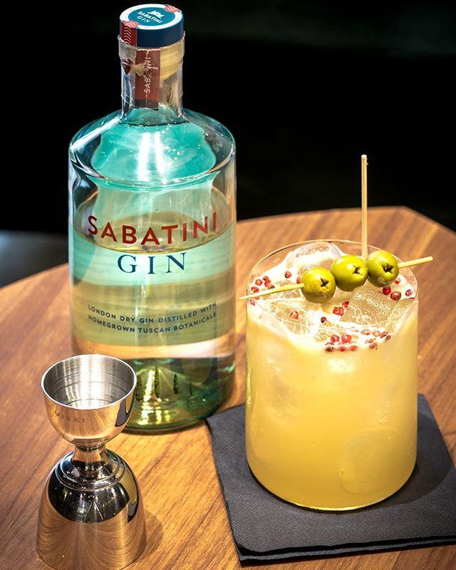 🇮🇹 Tom Collins: uno dei cocktails speciali ideato dal nostro bartender @robert_bumbaru per farvi scoprire combinazioni di sapori nuove ed eccitanti! 🇬🇧 Tom Collins: one of our special cocktails invented by our bartender @robert_bumbaru to let you experience new and exciting flavour combinations! . . . #reteodorico #castelsanpietro #verona #verona🇮🇹 #castelsanpietroverona #cocktails🍹 #cocktailbar #cocktails🍸 #gin #sabatinigin #gincocktail #gincocktails #mixology #bartender #bartenderlife #veronacity #drinkup