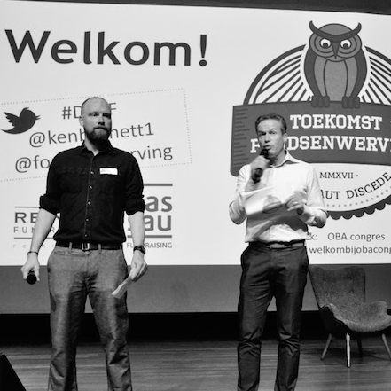 The drivers of  De Toekomst van Fondsenwerving,  Reinier Spruit and Hans Broodman, with 180+ vocal fundraisers in front of them.