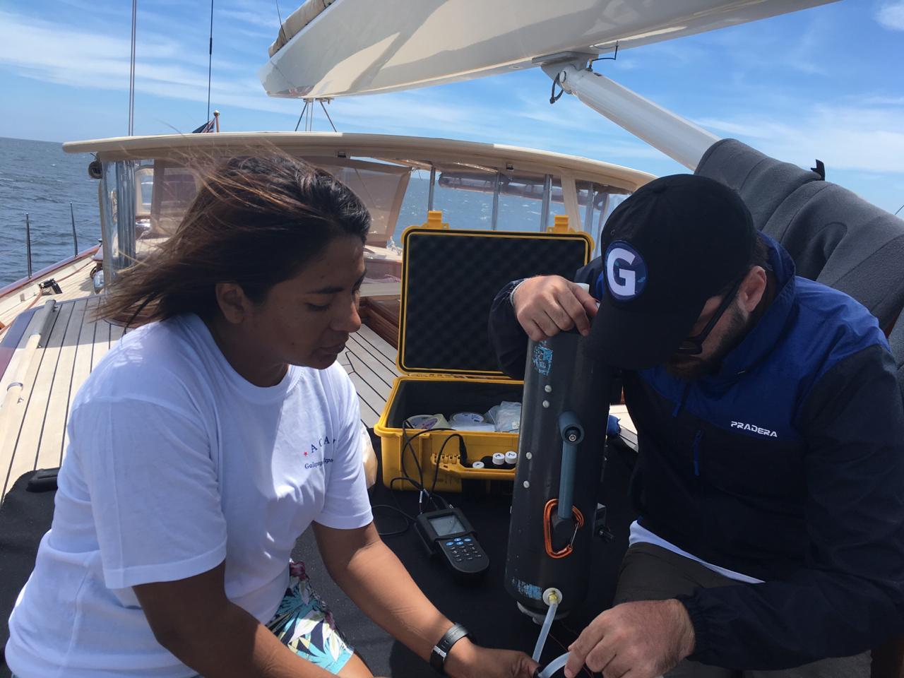 Personal del PNG y ESPOL trabajando en la toma de muestras para química del carbono en el agua de mar. Foto Isabel Timpe