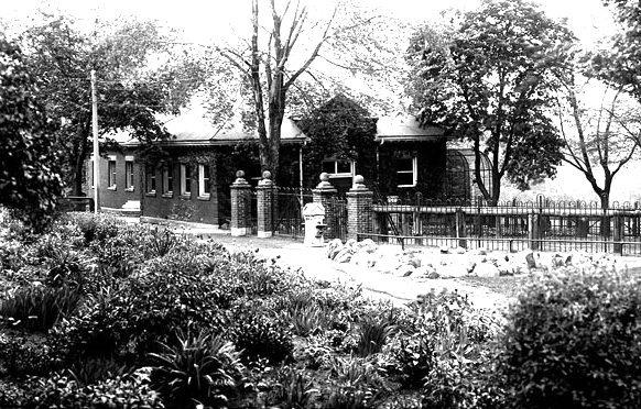 Riverdale Zoo entrance, 1923