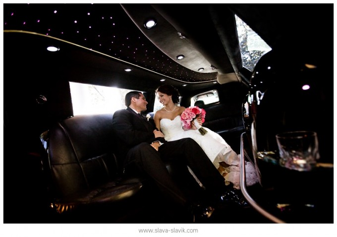 bride-and-groom-in-limo-picture