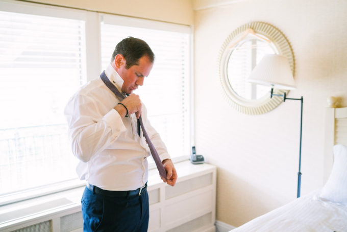 7-lake-geneva-country-club-wedding-lisa-mathewson-photography-sweetchic-events-groom-getting-ready