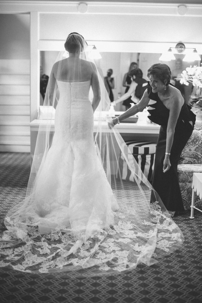 9-lake-geneva-country-club-wedding-lisa-mathewson-photography-sweetchic-events-veil