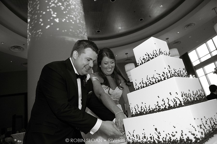 26 Jen.Aaron Trump Towers Ballroom Chicago Wedding Robin Sloan Riverbend Studio Sweetchic Events Cake Cutting