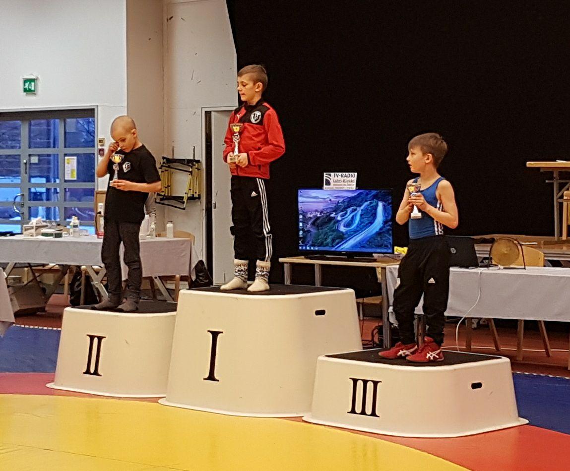 Kuvassa pojat 10-17v 28kg mitalistit,Jalaksen Samuel Saari 2.ja Perttu Kangasniemi 3.