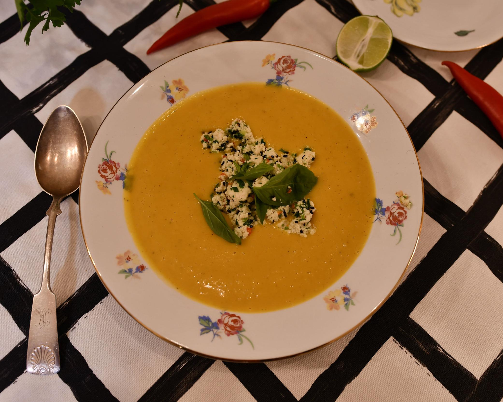 Soppa gjord på pumpa med Mama Mem's tofu som topping