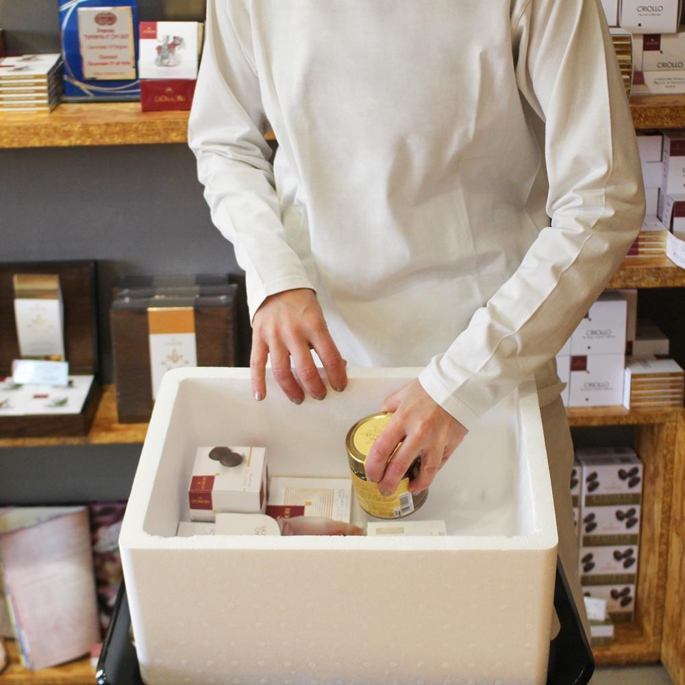- 1. Una volta ricevuto l'ordine, prepariamo il pacco per la spedizione:inseriamo i prodotti acquistati all'interno del contenitore termico in polistirolo che, insieme ai sacchetti gel freddi, ne garantirà la freschezza e l'integrità durante il trasporto.