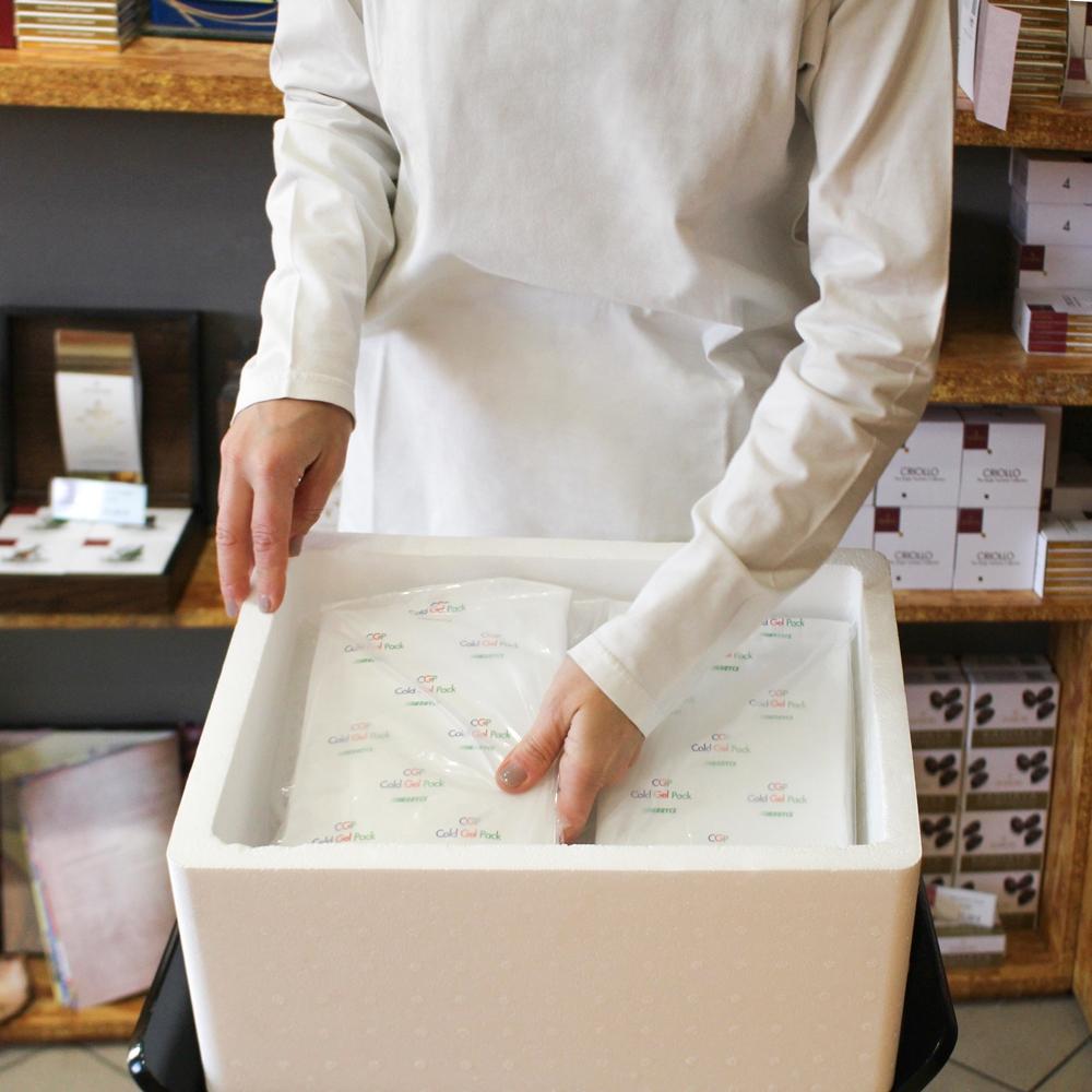 - 3. Inseriamo i sacchetti gel freddi che serviranno a mantenere la temperatura adeguata per salvaguardare il tuo cioccolato per il tempo della spedizione.