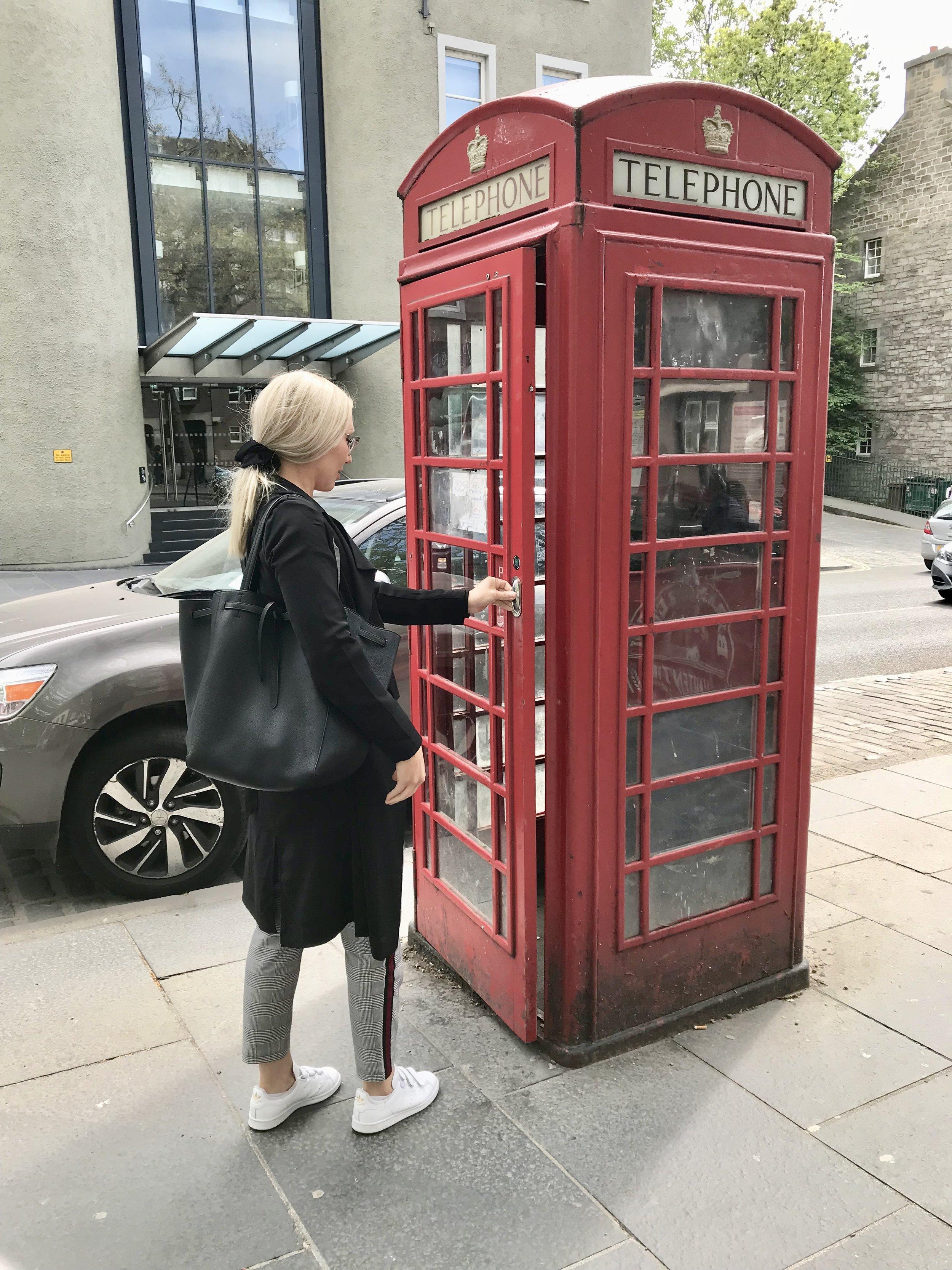 Perinteinen puhelinkoppikuva on pakko ottaa, kun Briteissä ollaan...