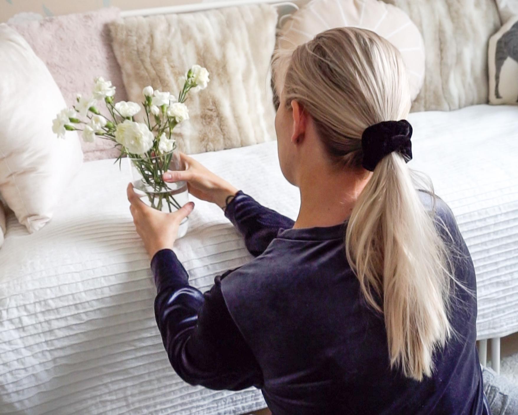 nainen-asettelee-kukkia.jpg