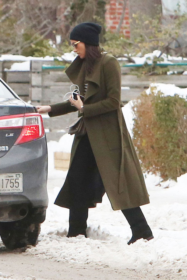 MEGHAN MARKLE wearing in the SENTALER Mulberry Double-Breasted Trench Coat on the set of Suits