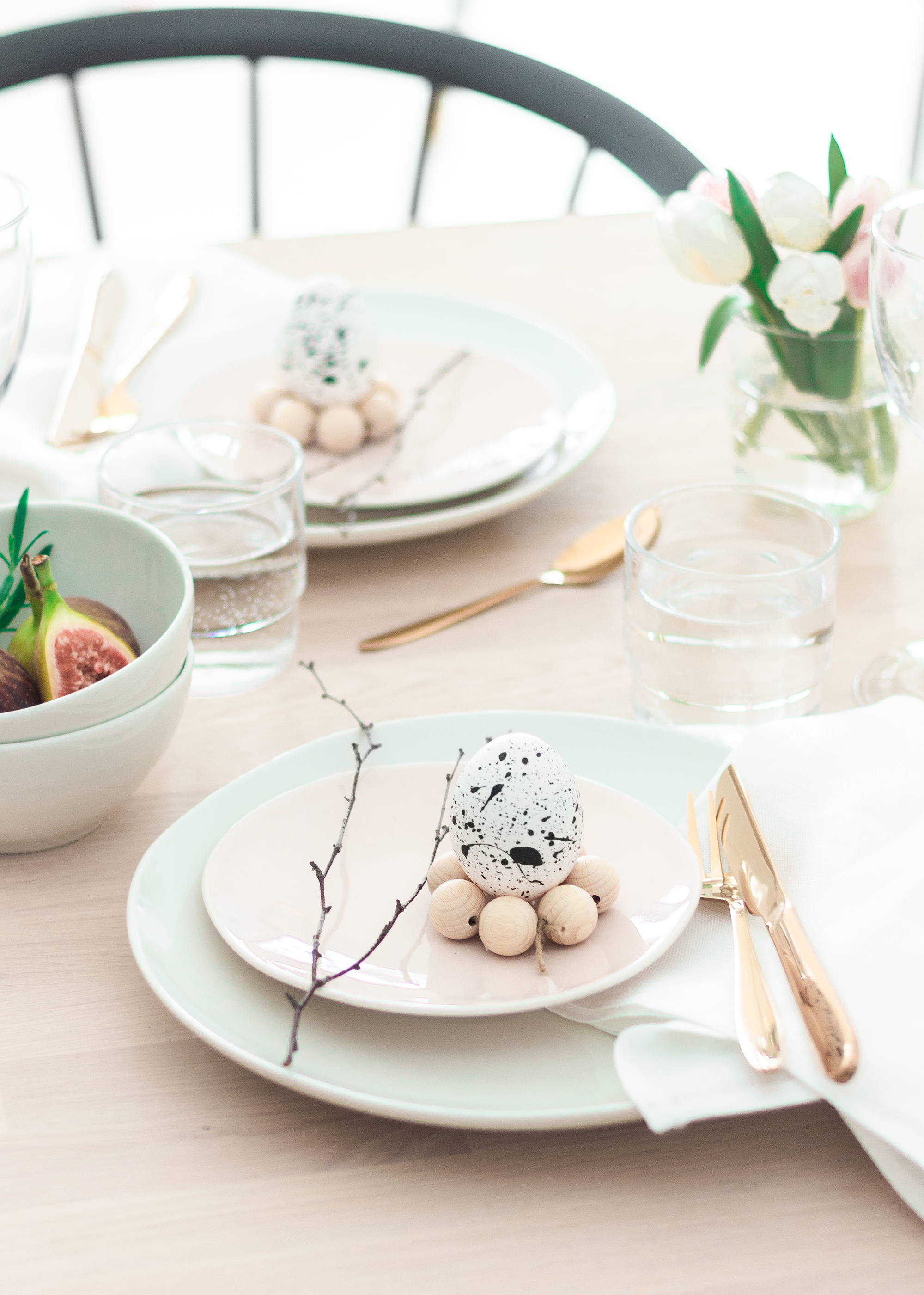 Påskdukning | Easter table scape | Skandinavisk dukning | Minimalist table setting | Scandi decor | By Sandramaria | Sandramarias.com