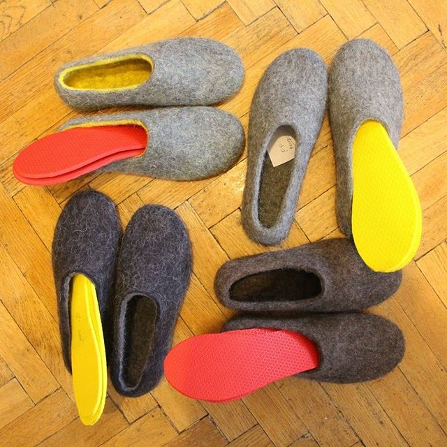 Gotta keep the tootsies warm! Select your fav color🎨for winter ❄️ wool house shoes 👢👞 .Each handmade felt shoe conforms to the shape of your👣  foot, making it a very customized shoe! FELT FORMA is an independent footwear brand making the 🐑💚 cruelty free organic wool felt boots. 🛍️Check for more colors: www.feltforma.com (Link in Bio ☝️☝️☝️ ) 🌎 We do ship worldwide 🇺🇸 🍥 Designed in the United States and 👐 🇪🇺 handmade in the  Northern Europe