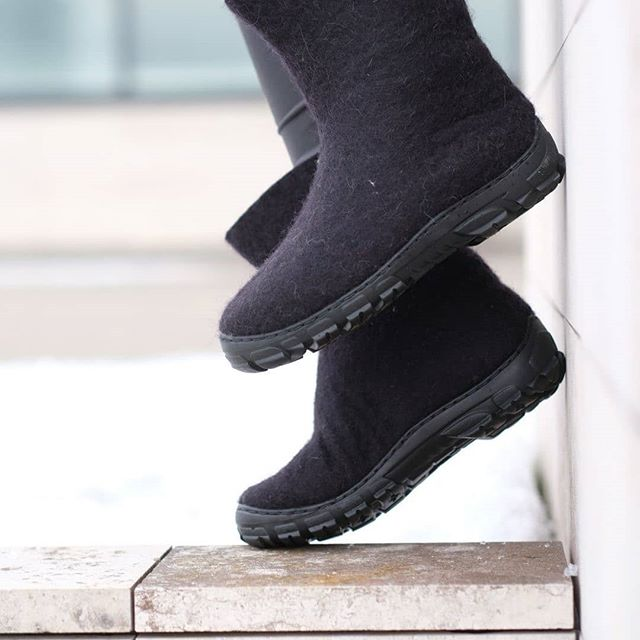 What are you looking forward to this Winter season? Black🖤👢wool boots are the staple you can wear every day. These are ethically🙌handmade just for you. Select an organic 💚🐑 wool and chunky rubber soles - perfect option for snowy, cold and freezing winter outdoors ❄️☃️⛷️🏔️. No worries at all, your foot will stay warm🔅and dry. --- FELT FORMA is an independent footwear brand making by hands🙌 the 🐑💚 cruelty free organic wool felt boots.  Check for more colors: www.feltforma.com (Link in Bio ☝️☝️☝️ ) 🌎 We do ship worldwide 🇺🇸 🍥 Designed in the United States and 👐 🇪🇺 handmade in the Northern Europe