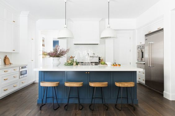 Similar White Kitchen Hood  |  Similar White Pendant Light  |  Counter Stool
