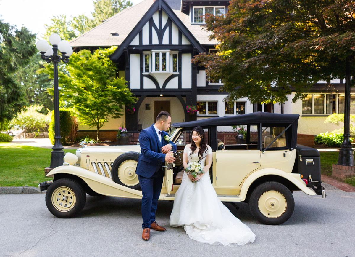 dloveaffair_vintagecar_bride_groom_brockhouse.jpg