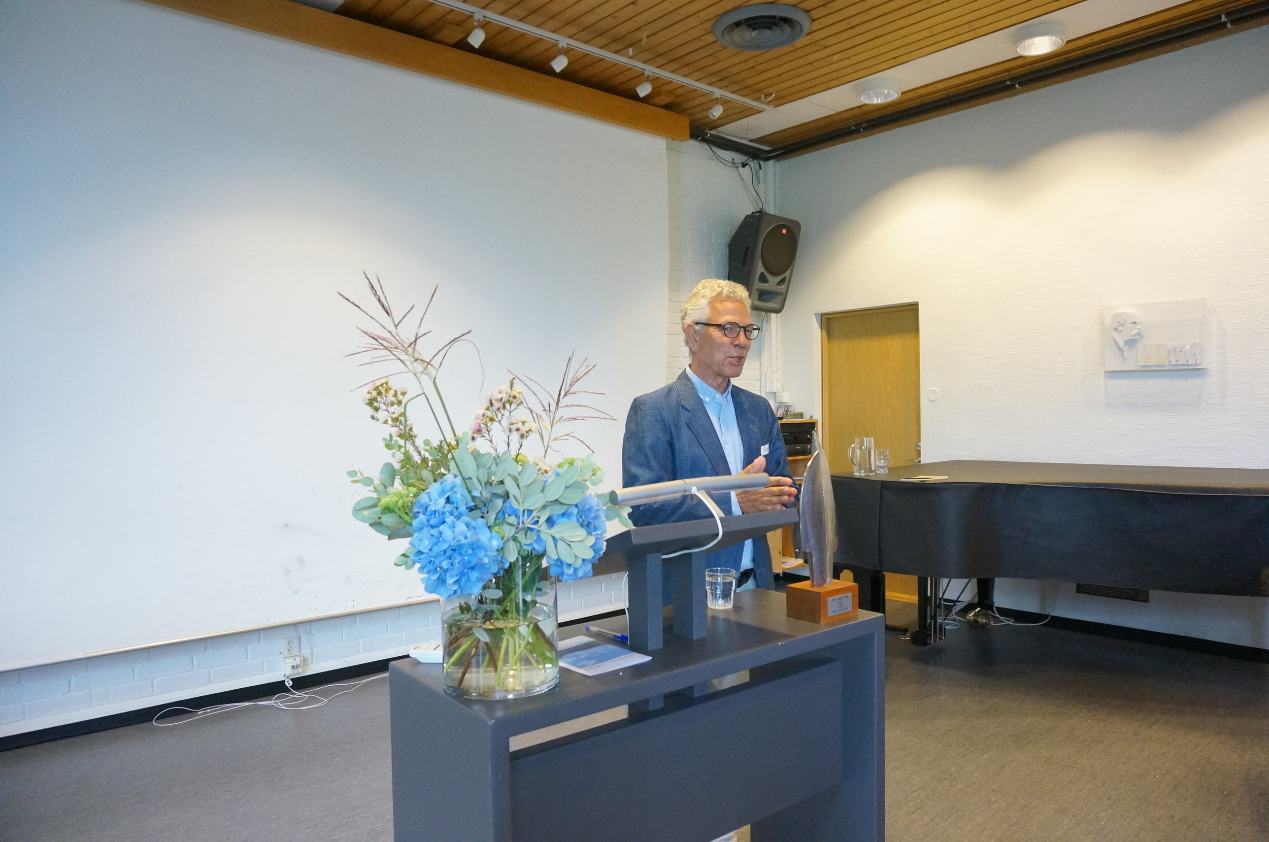 Geir Helgesen, core organizer of NEWDAY, welcoming the students