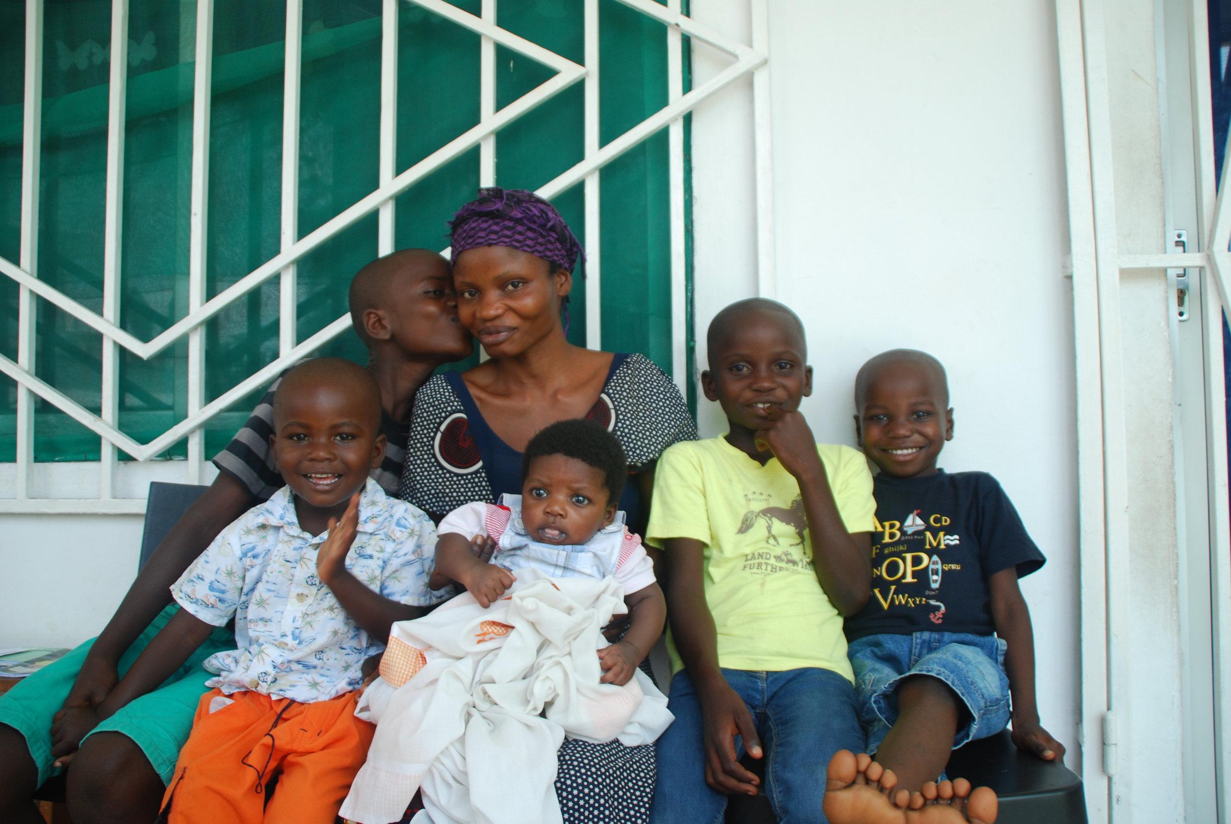 SOUtenir une FAMILLE VULNÉRABLE :385$/mois - Les familles vulnérables sont principalement des femmes seuls avec leurs enfants, souvent des veuves. Mwana leur permet d'accéder à une formation professionnelle et les aide pour qu'elles deviennent autonomes tout en fournissant un suivi médical et des produits de première nécessité dont des aliments de base à la famille. Les frais de scolarité pour les enfants sont couverts et les adolescents reçoivent une formation préprofessionnelle.